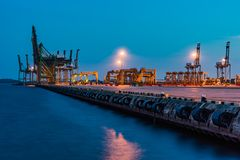 新加坡工业口岸黄昏,后勤指导方针 库存图片