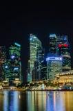 新加坡市商业区地平线视图夜钛的 免版税库存图片