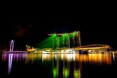 新加坡市在与激光展示的晚上 库存图片