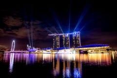 新加坡市地平线在小游艇船坞海湾顶视图夜和看法里  库存图片