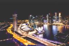 新加坡市地平线在小游艇船坞海湾顶视图夜和看法里  免版税库存图片