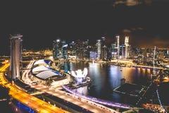 新加坡市地平线在小游艇船坞海湾顶视图夜和看法里  免版税库存照片