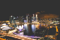 新加坡市地平线在小游艇船坞海湾顶视图夜和看法里  库存照片