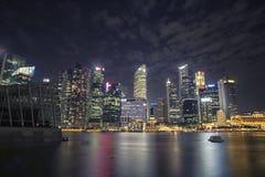 新加坡市夜从小游艇船坞海湾沙子的风景视图 免版税库存图片