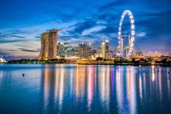 新加坡市小游艇船坞地平线和看法在晚上咆哮 图库摄影