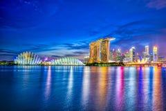 新加坡市小游艇船坞地平线和看法在晚上咆哮 库存图片