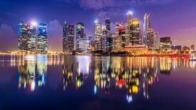 新加坡市明亮的光如被看见从小游艇船坞 免版税库存照片
