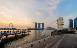 新加坡市- 2018年7月29日:Merlion和小游艇船坞海湾沙子在 免版税库存照片