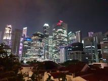 新加坡摩天大楼在晚上 库存照片