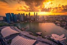 新加坡摩天大楼地平线和看法小游艇船坞的咆哮在日落 库存图片