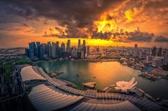 新加坡摩天大楼地平线和看法小游艇船坞的咆哮在sunse 库存照片