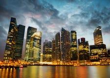 新加坡摩天大楼街市在晚上时间 库存照片