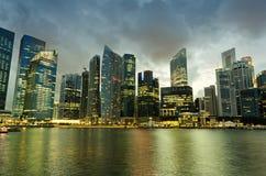 新加坡摩天大楼街市在晚上时间 免版税库存图片