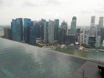 新加坡摩天大楼  从小游艇船坞海湾沙子的无限水池的看法 免版税图库摄影