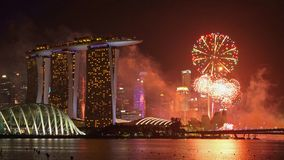 新加坡新年烟花在街市新加坡市在小游艇船坞湾区在晚上 财政区和摩天大楼 图库摄影