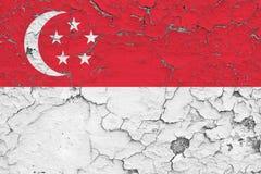 新加坡旗子在破裂的肮脏的墙壁上绘了 葡萄酒样式表面上的全国样式 向量例证