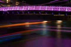 新加坡河交通在晚上 免版税库存照片