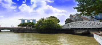 新加坡河和安徒生桥梁全景。 库存图片