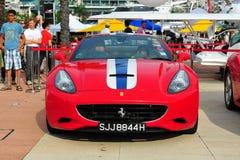 新加坡法拉利陈列他们的法拉利汽车的俱乐部所有者在新加坡游艇期间显示在一个程度15小游艇船坞俱乐部圣淘沙小海湾 免版税库存照片