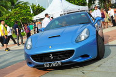 新加坡法拉利陈列他们的法拉利汽车的俱乐部所有者在新加坡游艇期间显示在一个程度15小游艇船坞俱乐部圣淘沙小海湾 图库摄影