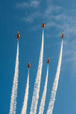 新加坡的第五十周年50年国庆节排练,战斗机形成飞行在城市 库存照片