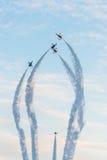 新加坡的第五十周年50年国庆节排练,战斗机形成飞行在城市 免版税库存照片