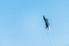 新加坡的第五十周年50年国庆节排练,战斗机形成飞行在城市 免版税图库摄影