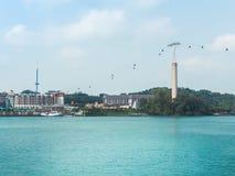 从新加坡的缆车到圣淘沙海岛 免版税库存照片