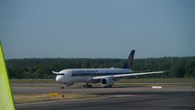 新加坡航空乘出租车在登陆以后的空中客车A350 影视素材