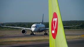 新加坡航空乘出租车在登陆以后的空中客车A350 股票视频