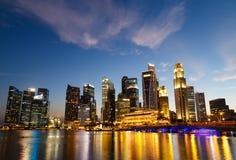 新加坡都市风景在晚上,新加坡- 2015年1月17日 免版税图库摄影