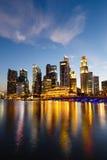 新加坡都市风景在晚上,新加坡- 2015年1月17日 免版税库存图片