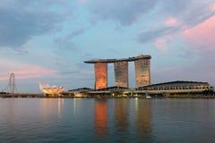 新加坡飞行物和小游艇船坞在日落的海湾沙子著名旅馆  库存图片