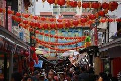 新加坡,唐人街, 2018年2月:狭窄的街道在唐人街装饰对中国旧历新年 免版税库存照片