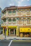 新加坡,新加坡- 2018年1月30日:一个大厦的室外看法与被雕刻的结构的在墙壁和唐人街 库存照片