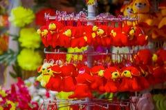 新加坡,新加坡- 2018年1月30日:中国人旧历新年庆祝年的玩具装饰室外看法  免版税库存照片