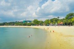 新加坡,新加坡- 2018年2月01日:享用黄沙的美好的室外观点的未认出的人民和 库存图片