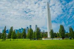 新加坡,新加坡- 2018年2月01日:位于一个公园的白色塔结构室外看法在新加坡 免版税图库摄影