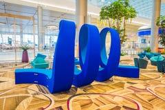 新加坡,新加坡- 2018年1月30日:位于休息室区域的美好的蓝色抽象派华美的室内看法  免版税库存图片