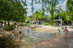 新加坡,新加坡- 2018年2月01日:使用在与人为的水中的美好的室外观点的孩子 图库摄影