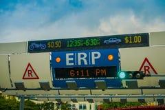 新加坡,新加坡- 2018年2月01日:关闭在街道上的ERP系统在街市果树园在新加坡 免版税库存照片