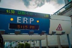 新加坡,新加坡- 2018年2月01日:关闭在街道上的ERP系统在街市果树园在新加坡 库存照片