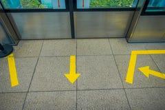 新加坡,新加坡- 2018年2月01日:关闭情报签到箭头的形式在弗洛尔的有黄色颜色的 库存图片