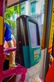 新加坡,新加坡- 2018年2月01日:关闭机器滑卡片支付公共交通工具在新加坡 免版税库存图片