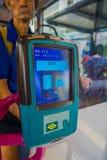 新加坡,新加坡- 2018年2月01日:关闭机器滑卡片支付公共交通工具在新加坡 免版税库存照片