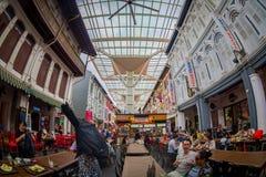 新加坡,新加坡- 2018年2月01日:吃在拉乌Pa星期六节日市场Telok Ayer上的室内观点的人是a 免版税图库摄影