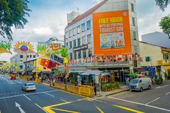 新加坡,新加坡- 2018年1月30日:唐人街步行街道场面用室外咖啡馆和商店在新加坡 库存照片