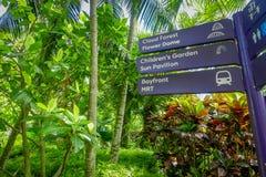 新加坡,新加坡- 2018年1月30日:在木结构的情报标志里面在滨海湾公园 免版税库存照片
