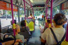 新加坡,新加坡- 2018年2月01日:室内观点的在的公共汽车里面的未认出的人,公共交通工具 免版税库存照片