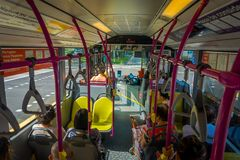 新加坡,新加坡- 2018年2月01日:室内观点的在的公共汽车里面的未认出的人,公共交通工具 免版税图库摄影